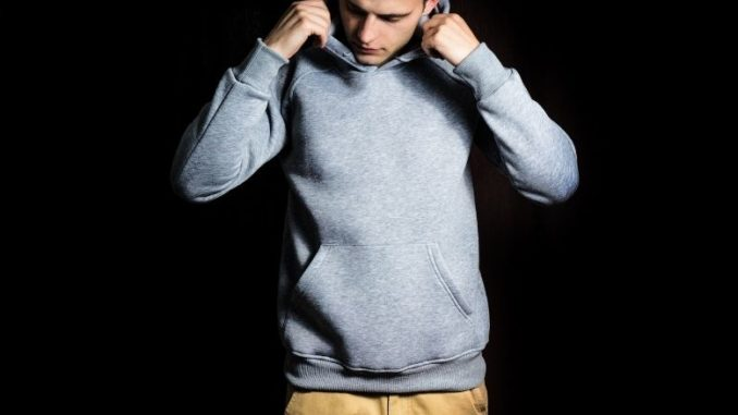 homme fond noir sweat shirt gris